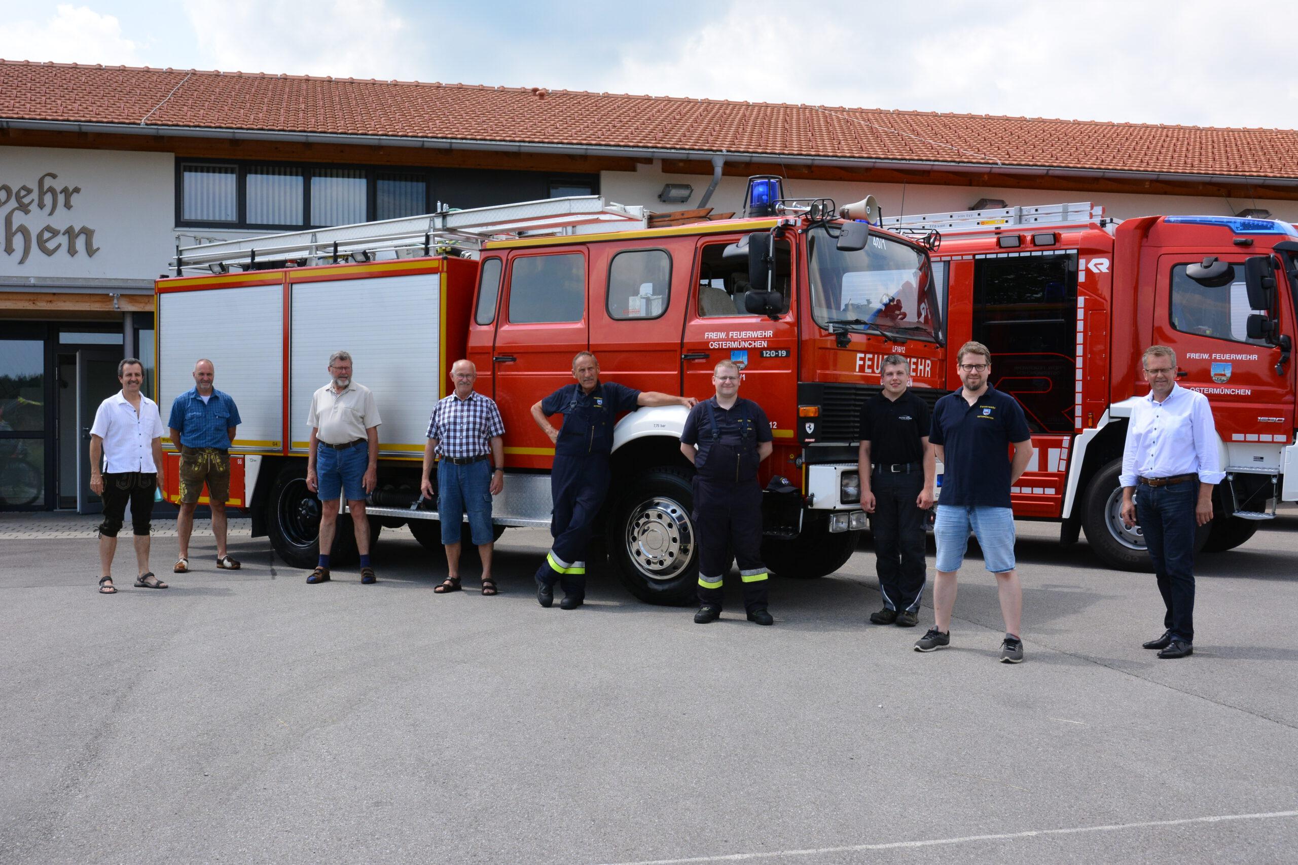 Gruppenbild Fahrzeug LF 12/16 nach Griechenland